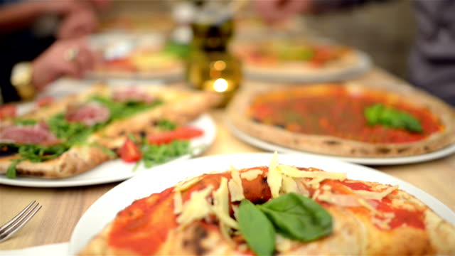 stockvideo's en b-roll-footage met dolly: pizza meal in restaurant - table top shot