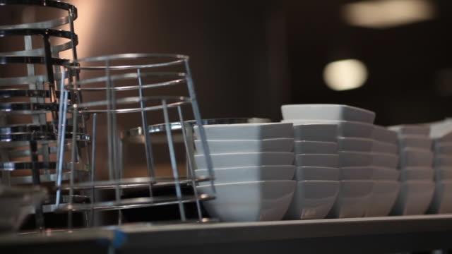 vídeos de stock, filmes e b-roll de pedestal de pizza e tigelas de quadrados molho branco em uma cozinha comercial - comida salgada