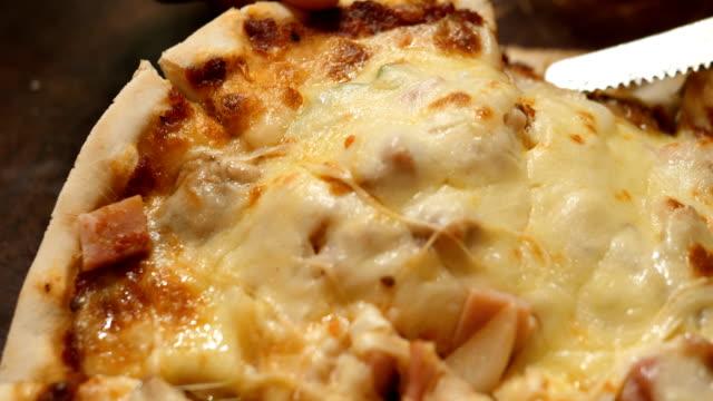 vídeos de stock, filmes e b-roll de pedaços de pizza - puxando