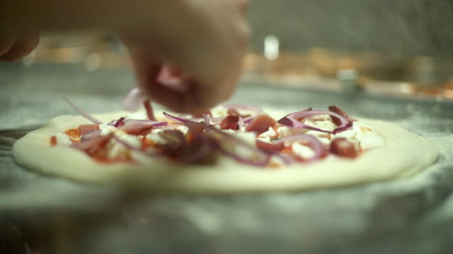 pizza production - mão no cabelo stock videos and b-roll footage