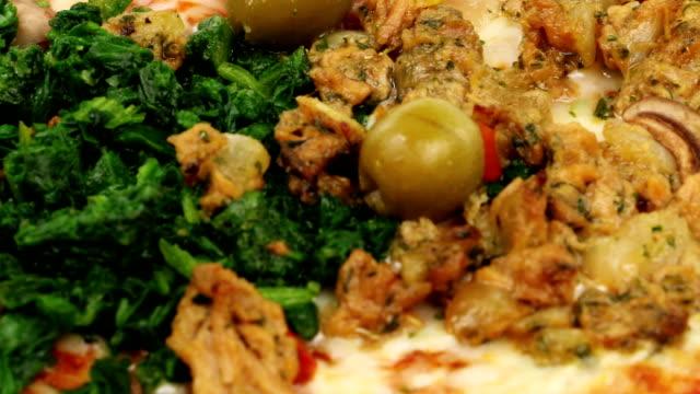 vídeos de stock, filmes e b-roll de pizza quatro statione - comida salgada