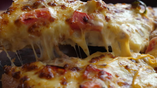 vidéos et rushes de tranche de pizza - unhealthy eating
