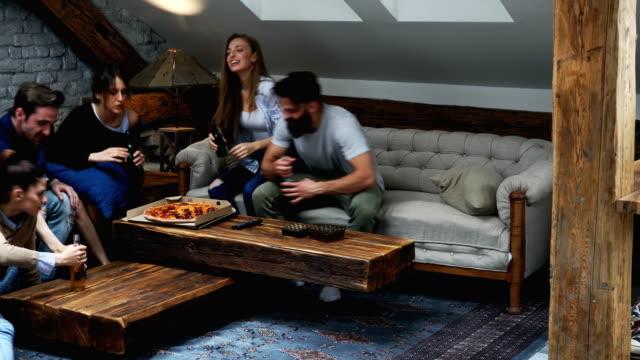 pizza time - divano video stock e b–roll