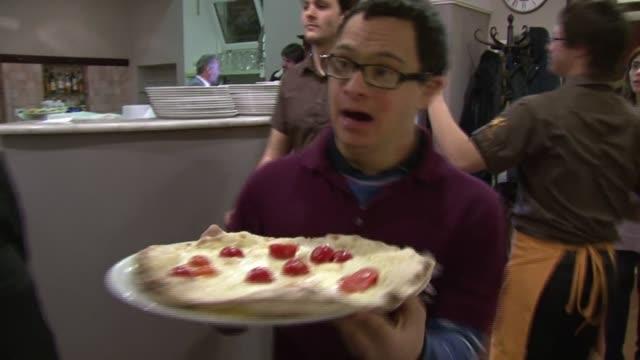 pizza y pasta las delicias de italia tienen una vuelta de tuerca en este restaurante en roma que solo contrata personal con sindrome de down voiced :... - restaurante stock videos & royalty-free footage
