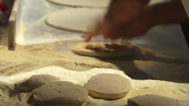 stockvideo's en b-roll-footage met pizzaiolo handling pizza dough - geschwindigkeit