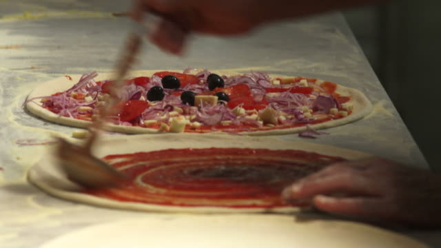 pizzaiolo preparing pizzas - geschwindigkeit stock videos & royalty-free footage
