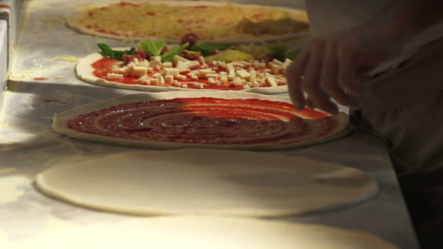 stockvideo's en b-roll-footage met pizzaiolos preparing pizzas close-up - geschwindigkeit