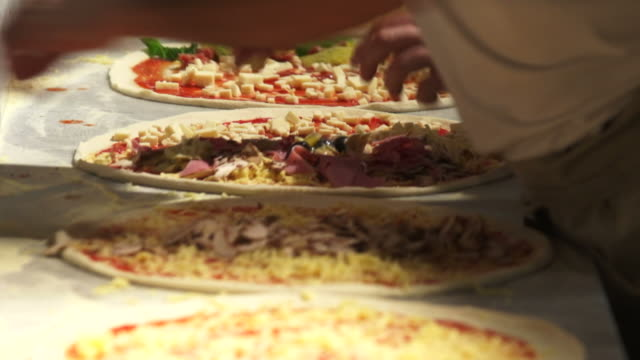 pizzaiolos preparing pizzas close-up - geschwindigkeit stock videos & royalty-free footage