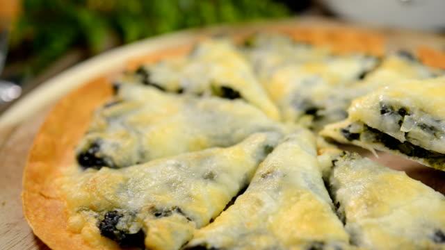 Pizza-Spinat und Käse, serviert auf einem hölzernen Tablett Braun.