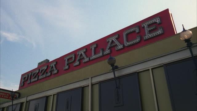 vídeos y material grabado en eventos de stock de ms la pizzeria exterior - letrero de tienda