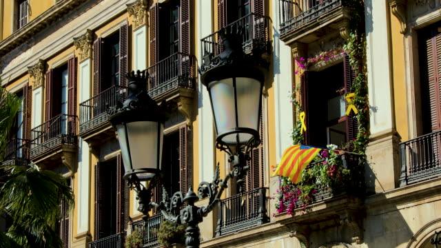 vidéos et rushes de placa reial appartments & catalonia flag, barcelona, spain - barcelone