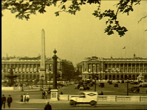 stockvideo's en b-roll-footage met place de la concorde, church of la madeleine, cars, automobiles, traffic, pedestrians, obelisk, egyptian monument, french, parisian, fountain, place... - sepiakleurig