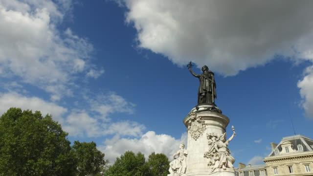 vidéos et rushes de place de republique in paris, france - place