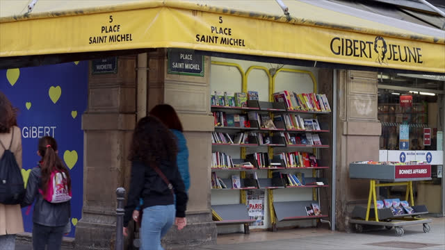 place saint-miche let boulevard saint michel, in paris, four bookstores bearing the gibert jeune stamp are going to close. only two others, at number... - boulevard video stock e b–roll