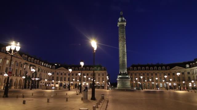 vídeos de stock e filmes b-roll de place vendome at night with one car and without people april 30 2020 in paris france - praça vendome