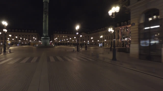 vídeos de stock e filmes b-roll de place vendome at night without traffic and with two people april 30 2020 in paris france - praça vendome