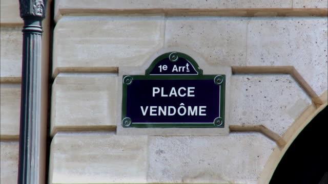 vídeos de stock e filmes b-roll de cu, place vendome sign on wall, paris, france - praça vendome