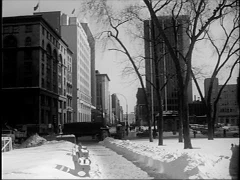 vidéos et rushes de place ville marie building / people crossing snowcovered square as pigeons fly about / stock exchange building pan from traffic to westmont city hall... - montreal