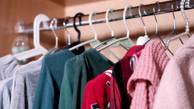kleidung in den schrank legen - casual clothing stock-videos und b-roll-filmmaterial
