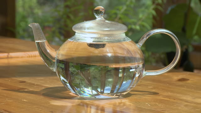 placing lid on glass teapot - beccuccio video stock e b–roll