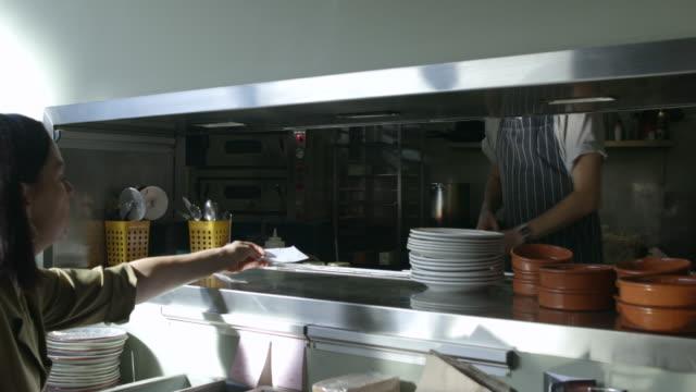 vídeos de stock e filmes b-roll de placing order in kitchen - empregada de mesa