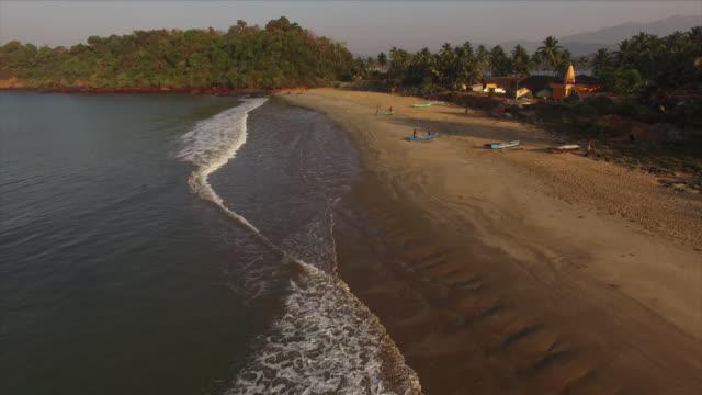 plage de goa en inde [drone] - inde stock videos & royalty-free footage