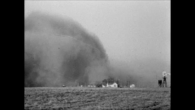 vidéos et rushes de plains w/ no vegetation ms sand blowing along plain xws dust storm cloud moving toward farm ws dust storm approaching ws male running toward farm... - tempête de poussière