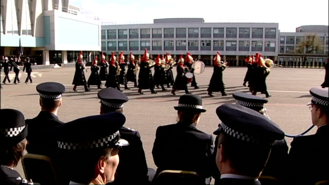 vidéos et rushes de plan to make police recruits work for free criticised lib london hendon police training college ext * * brass band music heard sot * * police cadets... - élève officier