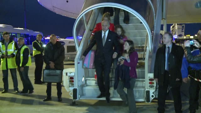 stockvideo's en b-roll-footage met plane carrying foreign survivors of the nepal earthquake arrives in paris - west europa