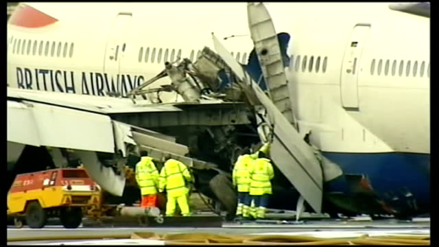 plane crash lands in san fransisco r20010801 / london heathrow airport vehicles alongside crashed british airways boeing 777 emergency workers next... - ボーイング点の映像素材/bロール