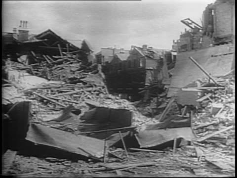 vidéos et rushes de plane fires v1 bomb / montage of damage to german bomb base equipment signs dud bomb view of london bombs falling workers picking amid destroyed... - bombe