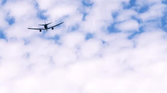 vídeos y material grabado en eventos de stock de avión volando lejos - detrás