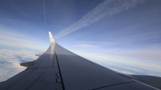 stockvideo's en b-roll-footage met a plane flying between manchester and amsterdam - uitlaatgas