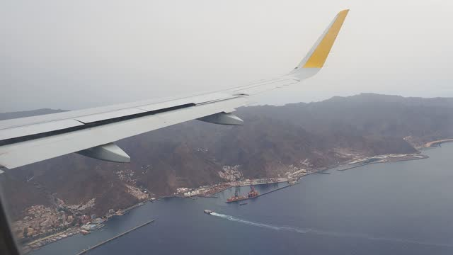 vídeos de stock e filmes b-roll de plane flying, view of the island of tenerife from the window of an airplane before landing. - dentro