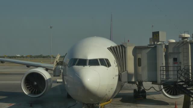 vídeos de stock e filmes b-roll de plano em aeroporto. (4k - pista de aterragem
