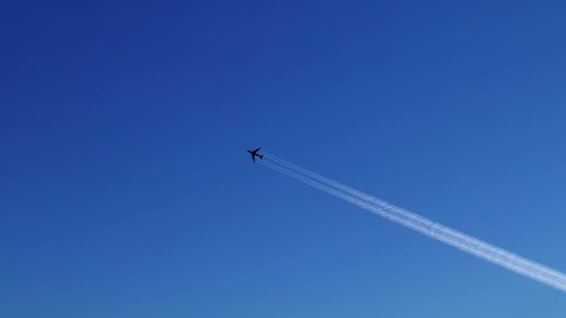 ein flugzeug am blauen himmel - avion stock-videos und b-roll-filmmaterial