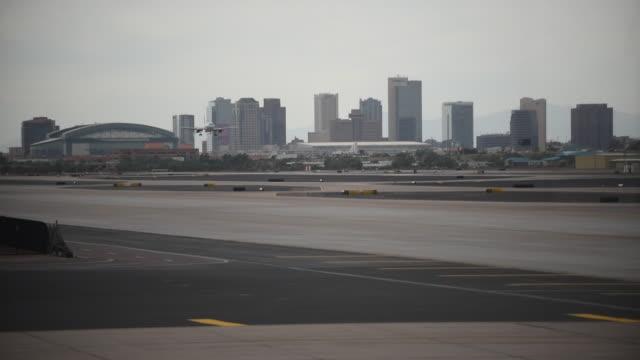 plane landing at sky harbor - phoenix arizona stock-videos und b-roll-filmmaterial