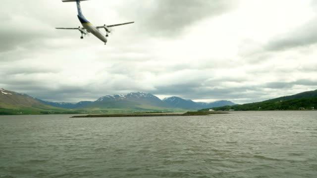 das flugzeug landet in der nähe von see - hangar stock-videos und b-roll-filmmaterial