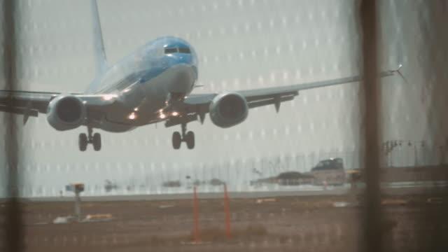 stockvideo's en b-roll-footage met vliegtuig landing op luchthaven - land