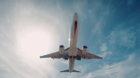 vídeos y material grabado en eventos de stock de avión aterrizando sobre el aeropuerto - vehículo aéreo