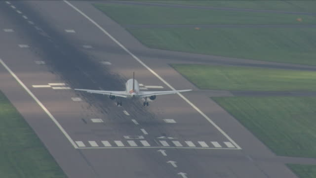 plane landing on runway - landen stock-videos und b-roll-filmmaterial