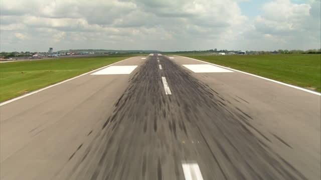 vídeos de stock, filmes e b-roll de pov plane landing on runway - plano geral ponto de vista