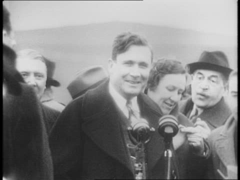 Plane lands at West England Airport / Wendell Willkie exits aircraft / Willkie met by reporters / surrounded by reporters Willkie pledges support of...