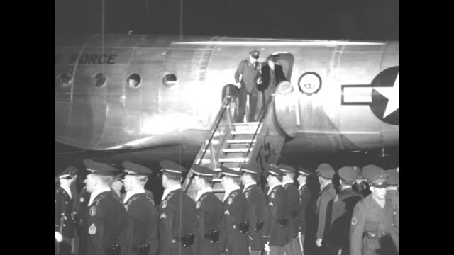 vídeos de stock, filmes e b-roll de plane on ground at night / crowd in front of maybe airport terminal floodlights on them officers in front / air force plane stairs at door officers... - general macarthur