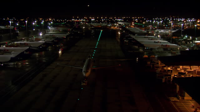 stockvideo's en b-roll-footage met ws plane readies for takeoff / memphis, tennessee, united states - luchtvaartuig