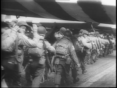 vídeos y material grabado en eventos de stock de plane takes off into darkness / allied gliders lined up in airfield / airborne infantry and paratroopers head to german territory for dday / boarding... - soldado paracaidista