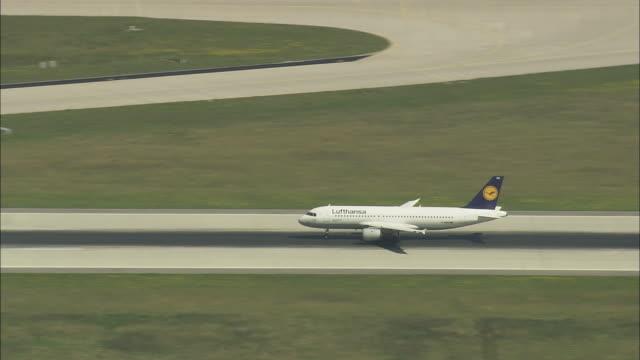 plane taking off from munich airport - start  und landebahn stock-videos und b-roll-filmmaterial