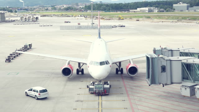 vídeos de stock e filmes b-roll de plano de táxi de aeroporto - pista de aterragem