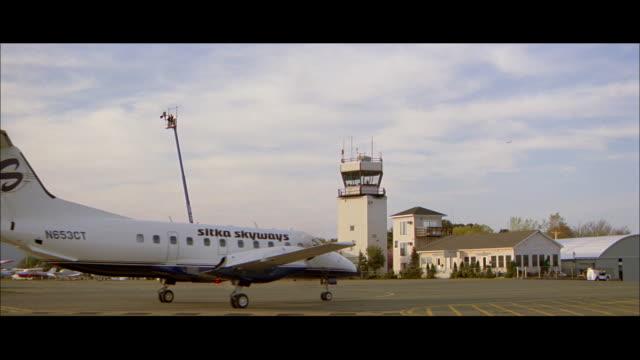 vidéos et rushes de ms plane taxiing at small airport - format vignette