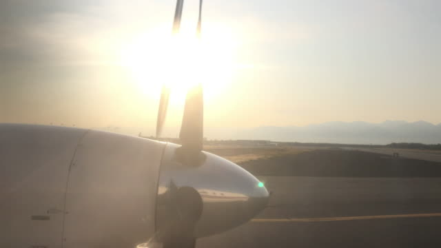 vidéos et rushes de plane taxiing at sunset, anchorage, alaska - propeller